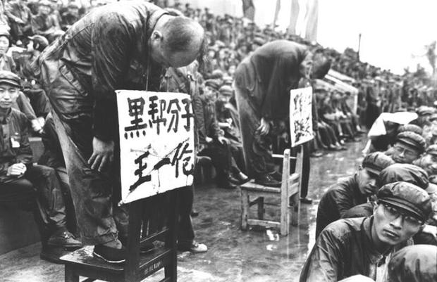 """mao zedong genocide """"chairman mao in his study"""" (woodcut by chang-chiang) date unknown (82 kb) mao zedong reference archive (mia."""
