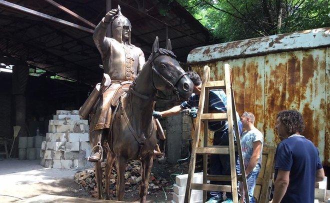 Памятник на памятнике: почему в Татарстане за два года не нашли места статуе хана Котрага